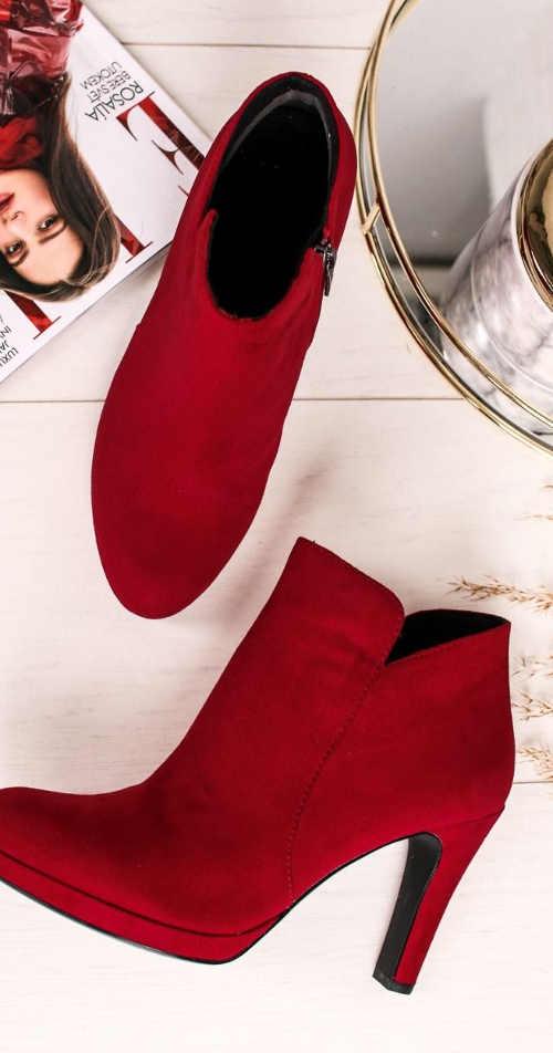 Červené kotníkové kozačky na užším podpatku